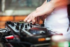 演奏在密地控制器的DJ音乐 图库摄影
