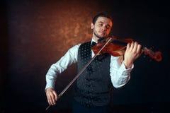 演奏在小提琴的男性提琴手古典音乐 图库摄影