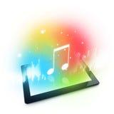 演奏在数字式片剂计算机上的音乐 图库摄影