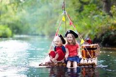 演奏在木木筏的孩子海盗冒险 库存照片