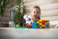 演奏在桌上的小白种人女孩建设者, 图库摄影