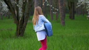 演奏在森林公园舞蹈的年轻女孩吉他音乐做滑稽的面孔,无所事事,高兴春天假期 影视素材