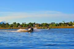 演奏在沙捞越河的青年喷气机滑雪在古晋 免版税库存照片