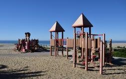 演奏在海滩的地面在Aliso在拉古纳海滩,加利福尼亚的小河海滩 免版税库存照片