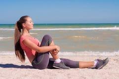 演奏在海滩的年轻美丽的女孩运动员体育 免版税图库摄影