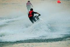 演奏在淡水水池使用的孩子常设喷气机滑雪为mo 免版税库存照片