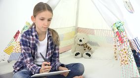 演奏在游戏室女孩文字家庭作业的孩子片剂学校孩子操场的 影视素材