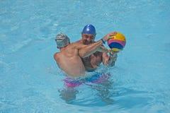 演奏在热带手段水池的父亲和儿子水 免版税库存照片