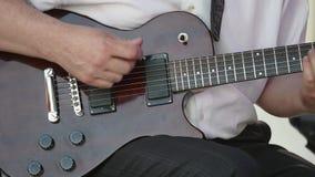 演奏在电吉他的吉他弹奏者手歌曲 库存图片