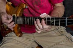 演奏在电吉他的弦 库存图片