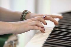 演奏在电子fano的钢琴演奏家的柔和的手音乐与 免版税图库摄影