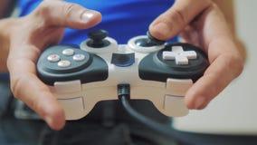 演奏在电视生活方式的人gamepad手录影控制台 r r 股票录像