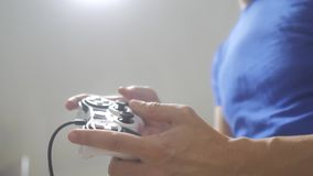 演奏在电视的人概念gamepad手录影控制台 游戏玩家与gamepad控制器的戏剧比赛 手举行新的控制杆 影视素材