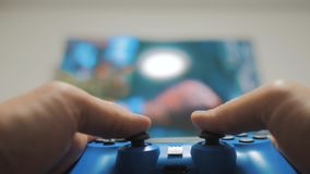 演奏在电视的录影控制台 手拿着演奏在电视的新的控制杆录影控制台 游戏玩家与gamepad的戏剧比赛 股票视频