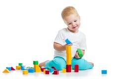演奏在白色的孩子玩具块 免版税库存图片