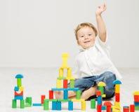 演奏在白色的孩子玩具块 免版税库存照片