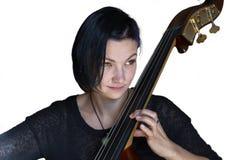 演奏在白色背景的年轻正面浅黑肤色的男人低音提琴被隔绝的图象 图库摄影