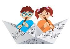 演奏在纸小船的孩子长笛 免版税库存照片