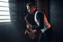 演奏在萨克斯管的萨克斯管吹奏者爵士乐曲调 库存照片