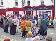 演奏在街道上的生产在Glenarm节日Co Anteim 免版税图库摄影