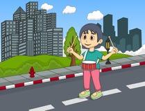 演奏在街道动画片的小女孩鼓 免版税库存照片