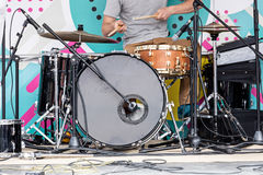 演奏在露天舞台的年轻音乐家鼓在音乐f期间 库存照片