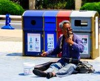 演奏在青岛街道上的一个老人erhu 库存照片