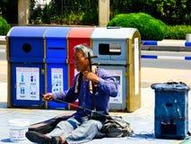 演奏在青岛街道上的一个老人erhu 免版税库存照片