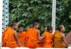 演奏在Buddihist寺庙的未认出的佛教初学者一点修士生活方式 免版税图库摄影
