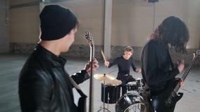 演奏在hargar的一群年轻人音乐 影视素材