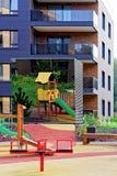 演奏地面的孩子在公寓建筑复合体  库存图片
