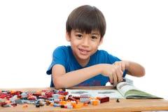 演奏块室内房子教育的小男孩 免版税库存图片