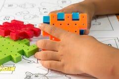 演奏块玩具的亚裔儿童的手 库存图片