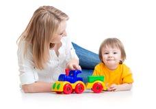 演奏块玩具的妈妈和孩子男孩 库存图片