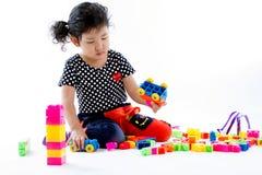 演奏块玩具的孩子。 免版税库存图片