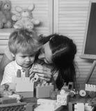 演奏块的母亲和孩子男孩在家戏弄 免版税图库摄影