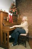 演奏垂直的妇女的钢琴 免版税库存照片