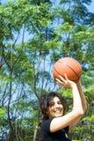 演奏垂直的妇女的篮球 库存图片