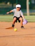 演奏垒球年轻人的女孩 免版税库存照片