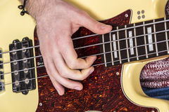 演奏基本的guitarr -低音的十几岁的男孩 免版税图库摄影