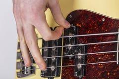 演奏基本的guitarr -低音的十几岁的男孩 库存照片