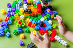 演奏塑料块的小孩 免版税库存照片