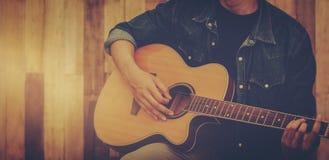 演奏声学吉他爱好激情概念 免版税图库摄影