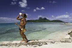 演奏壳和尤克里里琴在博拉博拉岛海岛海滩和盐水湖-法属玻里尼西亚的玻利尼西亚人 免版税库存照片