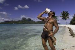演奏壳和尤克里里琴在博拉博拉岛海岛海滩和盐水湖-法属玻里尼西亚的玻利尼西亚人 免版税图库摄影