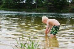 演奏外面在湖的幼儿 图库摄影