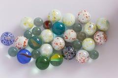 演奏大理石不同的颜色的玻璃 免版税库存图片
