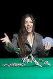 演奏大酒杯的Atractive妇女在赌博娱乐场 库存照片