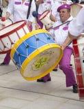 演奏大鼓的鼓手 免版税图库摄影