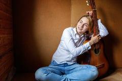 演奏妇女年轻人的吉他 图库摄影